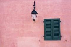 Finestra nel colore rosa della parete Immagini Stock Libere da Diritti