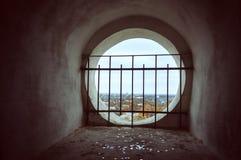 Finestra nel vecchio campanile con la grata che trascura fotografia stock libera da diritti