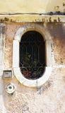 Finestra ovale di forma di vecchia casa immagini stock
