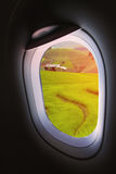 Finestra piana e vista dall'aereo qualche parte, dalla finestra piana con il punto di vista della gente nel viaggio qualche parte Immagine Stock Libera da Diritti