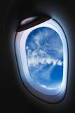 Finestra piana e vista dall'aereo qualche parte, dalla finestra piana con il punto di vista della gente nel viaggio qualche parte Fotografie Stock