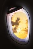 Finestra piana e vista dall'aereo qualche parte, dalla finestra piana con il punto di vista della gente nel viaggio qualche parte Fotografia Stock