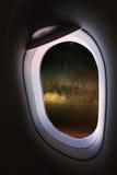 Finestra piana e vista dall'aereo qualche parte, dalla finestra piana con il punto di vista della gente nel viaggio qualche parte Immagini Stock