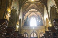 Finestra principale e gli organi della chiesa (basilica) di St Peter e di St Paul a Vysehrad Immagini Stock Libere da Diritti