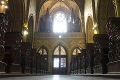 Finestra principale, organi, entrata e banchi di legno della chiesa di St Peter e di St Paul Fotografia Stock