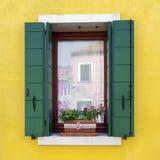 Finestra residenziale della casa in Burano Immagine Stock Libera da Diritti