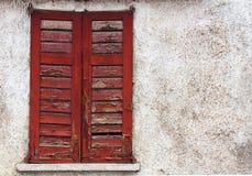 Finestra rossa antica isolata Immagine Stock Libera da Diritti