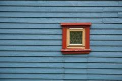 Finestra rossa, parete blu Fotografia Stock Libera da Diritti