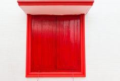 Finestra rossa sulla vecchia parete Fotografia Stock Libera da Diritti