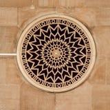 Finestra rotonda decorata con la rosetta Immagini Stock
