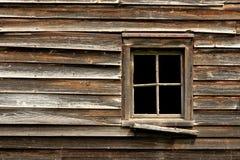 Finestra rotta su una vecchia Camera di legno abbandonata fotografie stock libere da diritti