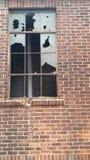 Finestra rotta in una costruzione abbandonata Immagini Stock Libere da Diritti