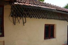 Finestra rumena tradizionale della casa immagine stock