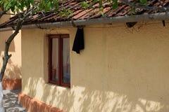 Finestra rumena tradizionale della casa immagini stock