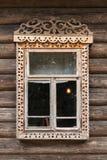 Finestra russa nel telaio di legno scolpito fotografia stock libera da diritti