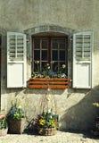 Finestra rustica con i vecchi otturatori e vasi da fiori di legno in pietra ru Immagine Stock