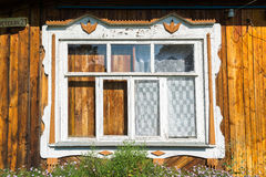 Finestra scolpita in vecchia casa di campagna russa Fotografie Stock Libere da Diritti