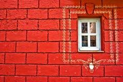 Finestra su una parete rossa Immagine Stock