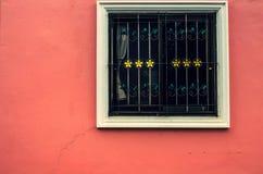 Finestra su una parete rossa con il tono d'annata Fotografie Stock