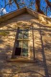 Finestra su una vecchia casa abbandonata dell'azienda agricola fotografie stock libere da diritti