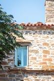 Finestra sulla Camera di pietra da cielo blu e da verdi immagini stock libere da diritti