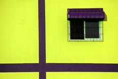 Finestra sulla parete gialla Fotografia Stock Libera da Diritti
