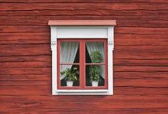 Finestra sveglia sulla parete rossa fotografie stock