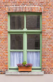 Finestra tradizionale della casa con mattoni a vista con la scatola di finestra Fotografia Stock Libera da Diritti