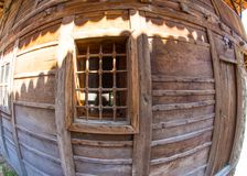 Finestra - un elemento dell'architettura pietra-di legno del paesino di montagna di Zheravna in Bulgaria Fotografia Stock