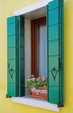 Finestra in una costruzione di appartamento variopinta in Burano, Venezia, Italia Fotografia Stock Libera da Diritti