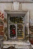 Finestra in una vecchia casa, mura di mattoni con gesso di sbriciolatura Fotografia Stock Libera da Diritti