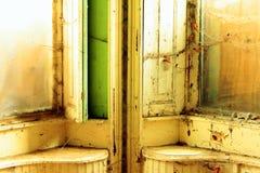 Finestra in una vecchia e fattoria abbandonata fotografia stock