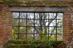 Finestra in una vecchia parete del giardino l'inghilterra immagini stock