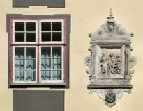 Finestra unica ed emblema decorativo immagini stock