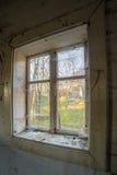 Finestra in vecchia casa abbandonata Immagini Stock