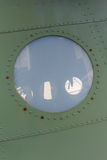 Finestra in vecchio aeroplano, dettaglio di alluminio del fondo di un æreo militare Immagine Stock