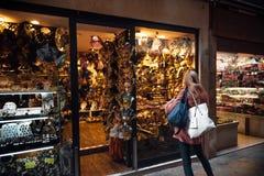 Vetrina delle maschere e dei costumi in murano nel comune for Finestra veneziana