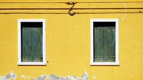 Finestra verde del woodem sulla parete gialla fotografie stock