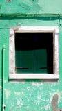 Finestra verde e struttura bianca fotografia stock