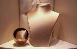 Finestra vuota del boutique con il busto dei gioielli fotografia stock libera da diritti