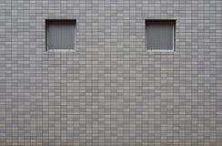 Finestra vuota sulla parete grigia delle mattonelle di colore Fotografie Stock Libere da Diritti