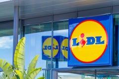 Finestrat, Espanha - 9 de março de 2018: Logotipo do supermercado de Lidl na fachada de vidro moderna nova da loja imagem de stock royalty free