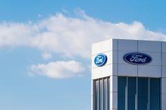 Finestrat Spanien - November 14, 2017: Logo för företag för Ford motor på återförsäljarebyggnad på November 14, 2017 i Finestrat Fotografering för Bildbyråer
