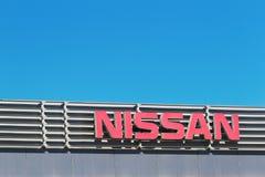 Finestrat Spanien - November 14, 2017: Nissan företagsnamn framme av återförsäljarebyggnad på November 14, 2017 in arkivbilder