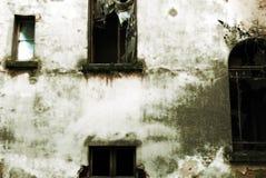 Finestre abbandonate della costruzione fotografia stock