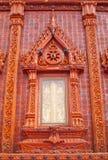 Finestre affiancate lustrate meravigliose nel templeTh della Tailandia Immagine Stock Libera da Diritti