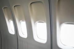 Finestre in bianco dell'aeroplano fotografie stock