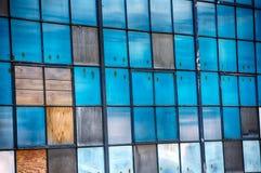 Finestre blu dell'annata in vecchio laminatoio Immagini Stock Libere da Diritti