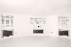finestre chiare luminose aerate della stanza tre Immagine Stock