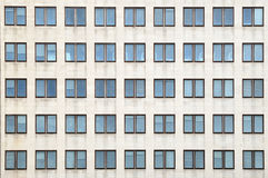 Finestre chiuse multiple su un grande edificio per uffici Fotografia Stock Libera da Diritti